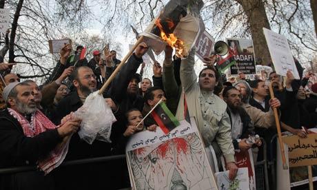 متابعة من تظاهرات الشعب الليبي صور و فيديو  Pro-And-Anti-Colonel-Gadd-005