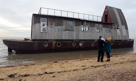 houseboat-washed-up-on-th-007.jpg