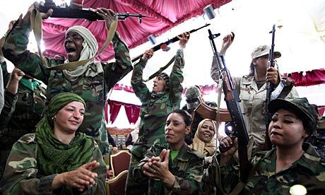 Mujer partidarios de Libia Gaddai celebrar después de la graduación en el entrenamiento de armas