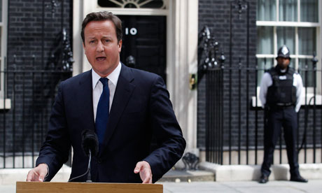 Riots : Britain's Prime Minister Cameron gives a statement outside of 10 Downing Street in London