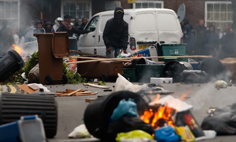 Riots in London : Rioters set fire to barricades 