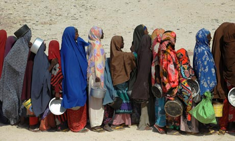 somali refugees queue for food