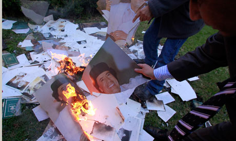 Libyan Embassy staff burn portraits of Gaddafi