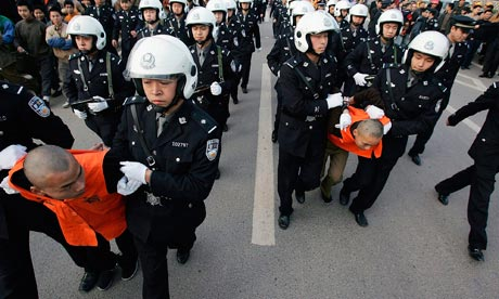 Chinese police esvort murderers to court