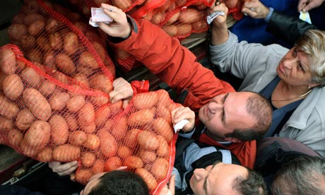 Customers queue to buy sacks of potatoes at cost price in Thessaloniki