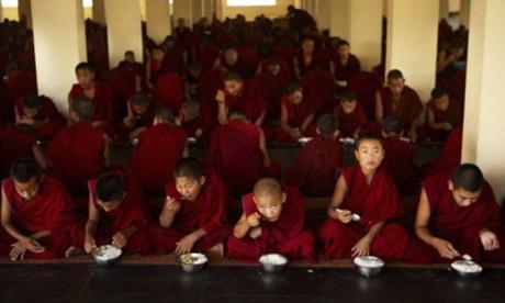 Monaci buddisti a pranzo