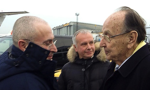 Mikhail Khodorkovsky is met by Germany's former foreign minister Hans-Dietrich Genscher in Berlin after flying from Russia. Photograph: Handout/Reuters - Mikhail-Khodorkovsky-is-m-010