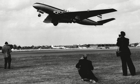 Boac Livery On De Havilland Comet Taking Off Being Photographed By Plane Watchers