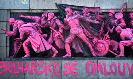 Памятник Советской Армии в Софии, окрасили в розовый цвет в связи с годовщиной пражской весны