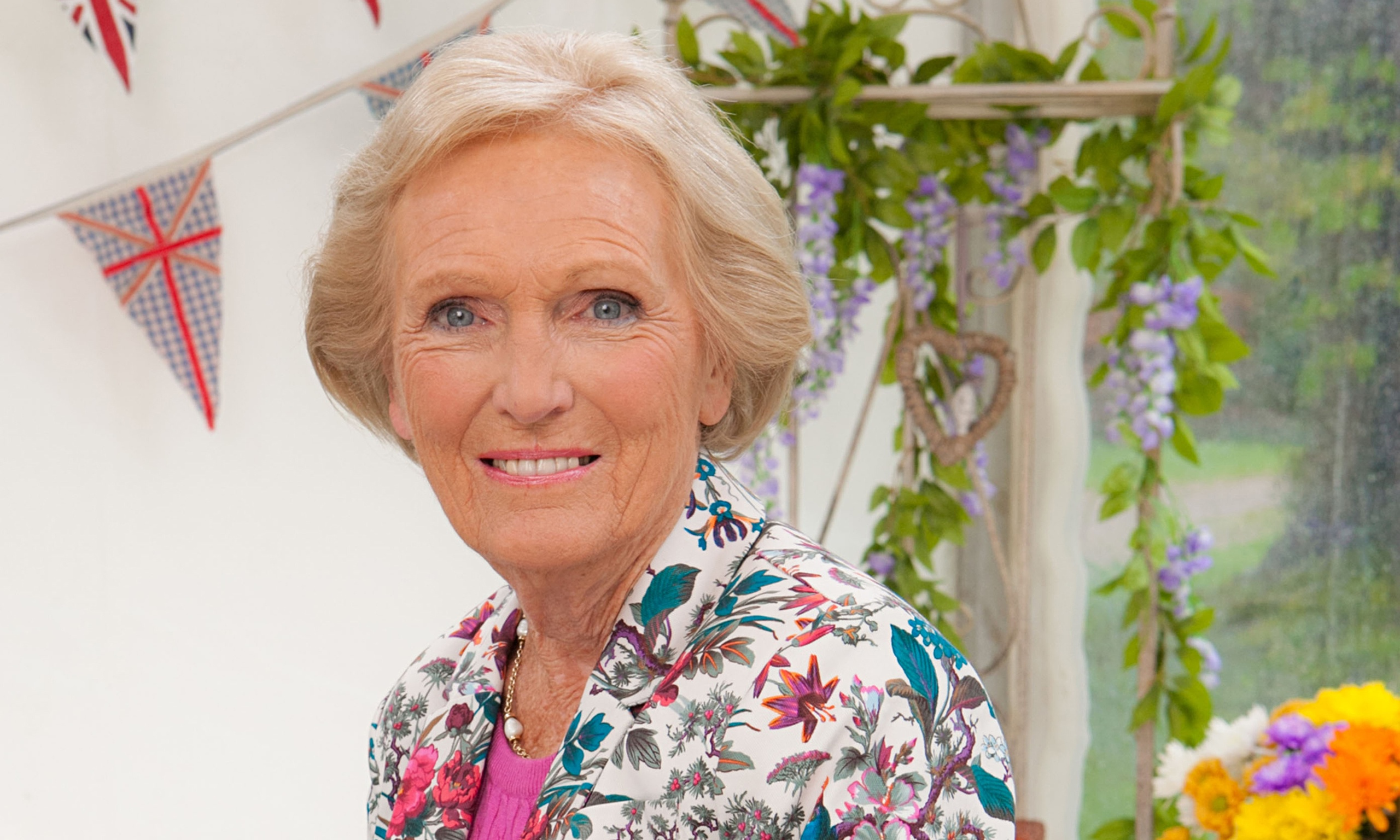 Mary berry s still divine in the great british bake off for Mary berry uk