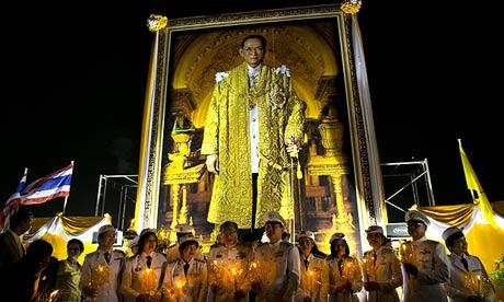 Thai nurses pay their respects as the country celebrates King Bhumibol Adulyadej's 85th birthday