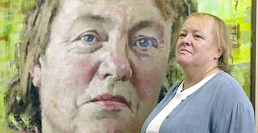 Mo Mowlam with her portrait by artist John Keane