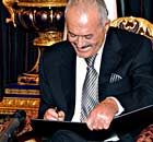 Ali Abdullah Saleh signing the Gulf Cooperation Council initiative agreement