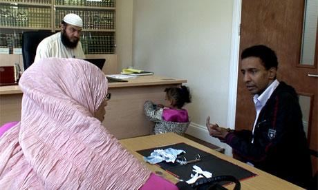 Binnen een sharia rechtbank echtscheiding - video