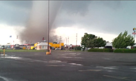 Resident films scarily close to Oklahoma tornado
