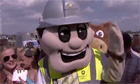 Mascot Grand National: Barry Barratt steals Mr Bumble&#39;s crown - video