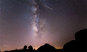 Breathtaking Perseids meteor shower timelapse video