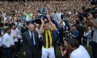 Robin van Persie welcomed by thousands of Fenerbahçe fans – video