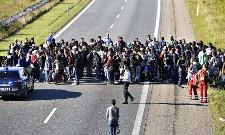 Denmark closes road as refugees attempt to reach Sweden by foot - video