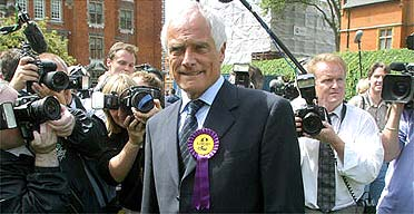 Robert Kilroy-Silk surrounded by photographers outside House of Commons