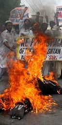 Estudiantes religiosas en Multan, Pakistán, queman efigies de la Reina y las protestas contra Salman Rushdie Medical ystod la Adjudicación del caballero