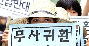 A South Korean woman takes part in a rally to call for the safe return of 23 kidnapped South Korean church workers in Afghanistan