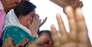 Benazir Bhutto cries as she lands at Karachi international airport