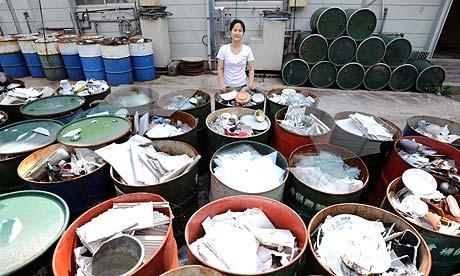 Sonae Fujii presso il centro di riciclaggio dei rifiuti in Kamikatsu, Giappone