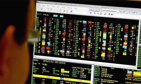 Un empleado de oficina que mira a una pantalla de negociación FTSE 100 después que los inversionistas fueron sacudidos por el colapso del banco de EE.UU. Lehman Brothers