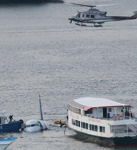 当局官员来到美航迫降在哈德逊河上的飞机机