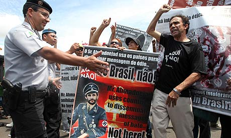 A crowd protests against the visit of Mahmoud Ahmadinejad in Brasilia