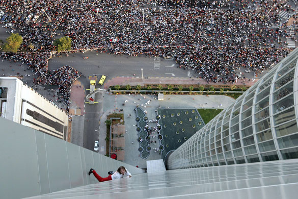 Alain Robert: Alain Robert climbs the Abu Dhabi Investment Authority building