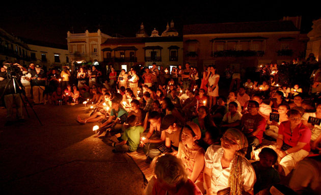 Earth Hour: Hundreds of people hold candles at a park in Cartagena de Indias