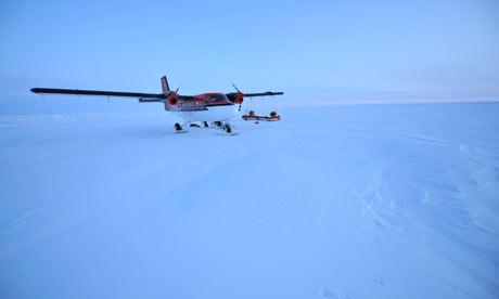 飞机上掉蓝色冰块