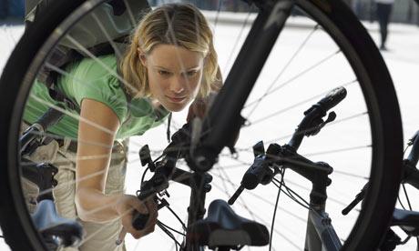 bisiklet seçen kadın