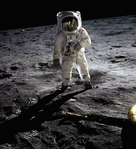 História- fotos da conquista da lua ,memoráveis!!!!!!!!!  Buzz-Aldrin-Walking-on-th-002