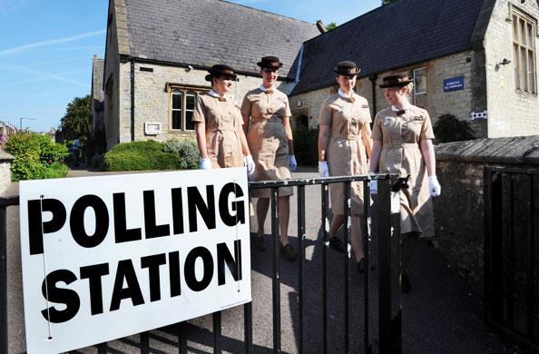 Ευρωπαϊκές εκλογές: Norland φοιτητές σε εκλογικό κέντρο στο Weston, Μπάνιο