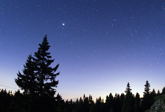 就如贺岁大片一样,双子座流星雨一般都会在岁末如期而至,上映档期将从12月7日一直持续到17日。2009年双子座流星雨将于15日凌晨达到极盛,每小时理论流星数最多可达到120颗。双子座流星雨非常适合观测,不但流星的速度较慢,而且明亮的流星还会留下白色的余迹。