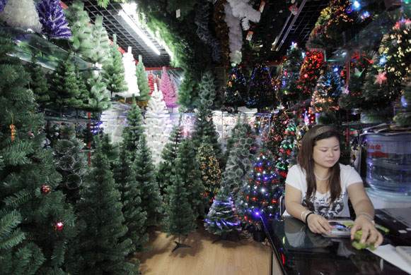 Christmas production line: Wholesale store in Yiwu selling varieties of artificial Christmas trees