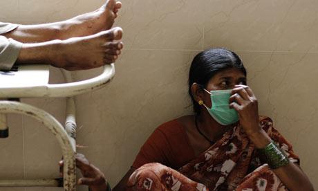 אשה בהודו, לובשת מסכה כדי לא להדבק בנגיף שפעת החזירים
