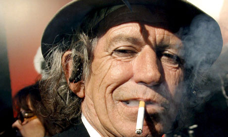 Keith Richards en fumant