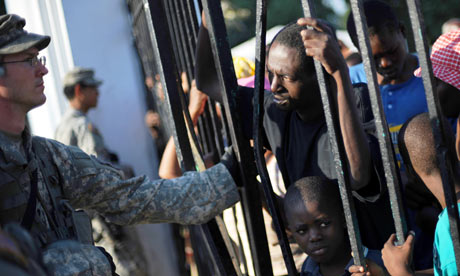 US soldiers with Haitians at food distribution point