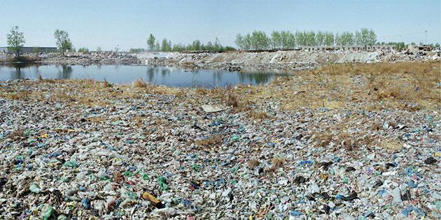图二:北京昌平区,小汤山镇 所有从飞机上、火车上以及长途汽车上搜集的人类排泄物都被用大的塑料袋装着丢到这里。除了其中的一小部分被当地的农民们拿来做肥料外,其余的大部分排泄物都被与其他的垃圾混合丢弃到这里的垃圾场,因为真的没有其他方式比这个更方便,更容易了。