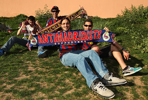 http://static.guim.co.uk/sys-images/Guardian/Pix/pictures/2010/4/28/1272484797678/Barcelona-fans-with-anti--009.jpg