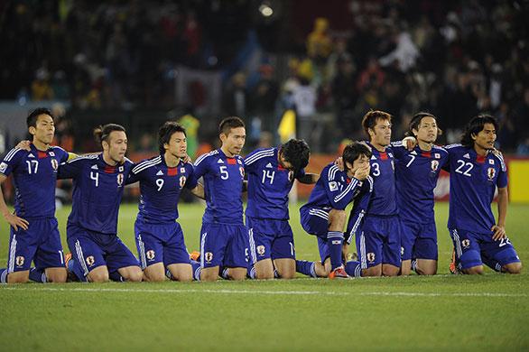 Japón en south africa 2010 (futbol) Japan-players-kneel-and-p-008