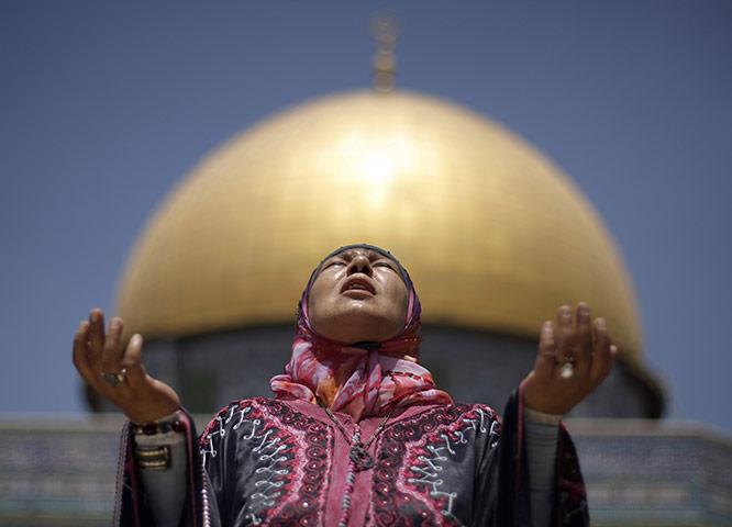 Pakistan flood survivors: A Palestinian female Muslim worshipper prays