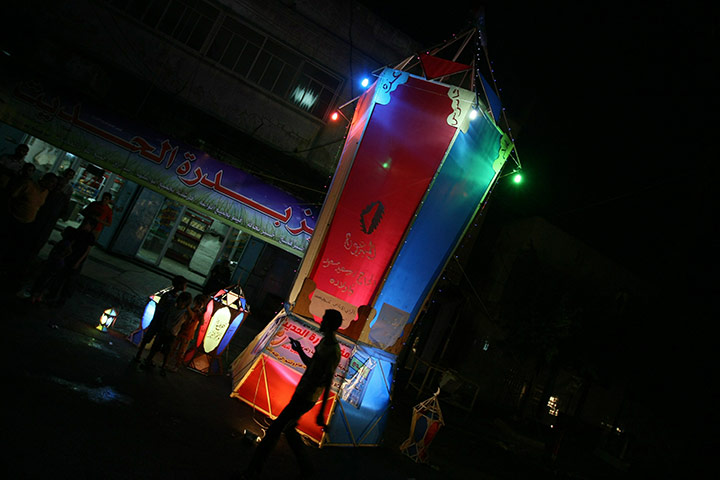 Ramadan: Palestinians gather around a giant paper lantern