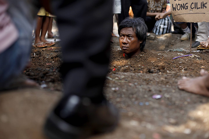 24 hours in pictures: A resident of Cempaka Putih district is buried in the ground in Jakarta