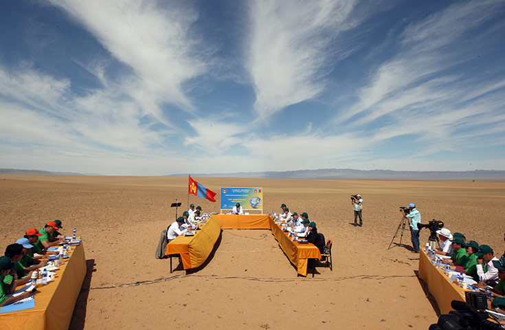 2The Mongolian cabinet holds a meeting aimed at drawing attention to climate change in a sandy valley