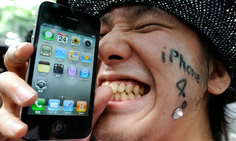A man holds his iPhone 4